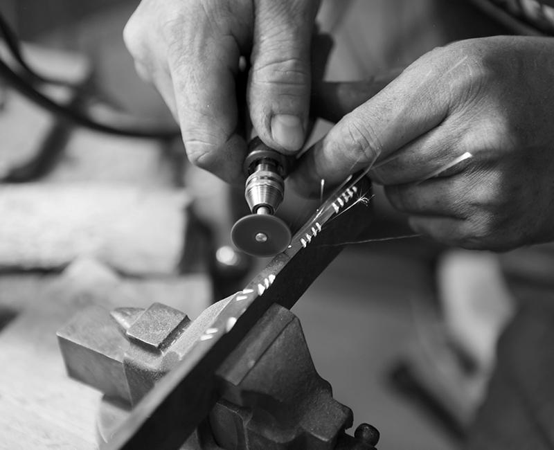 (image) Mains qui travaillent une pièce de robinetterie