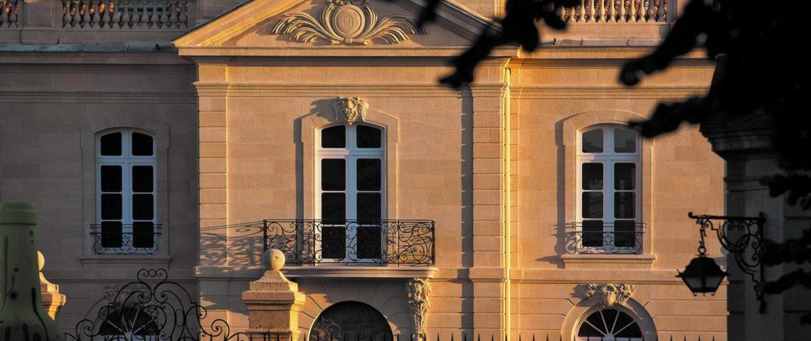 (image) façade du Grand hôtel de Bordeaux zoomée