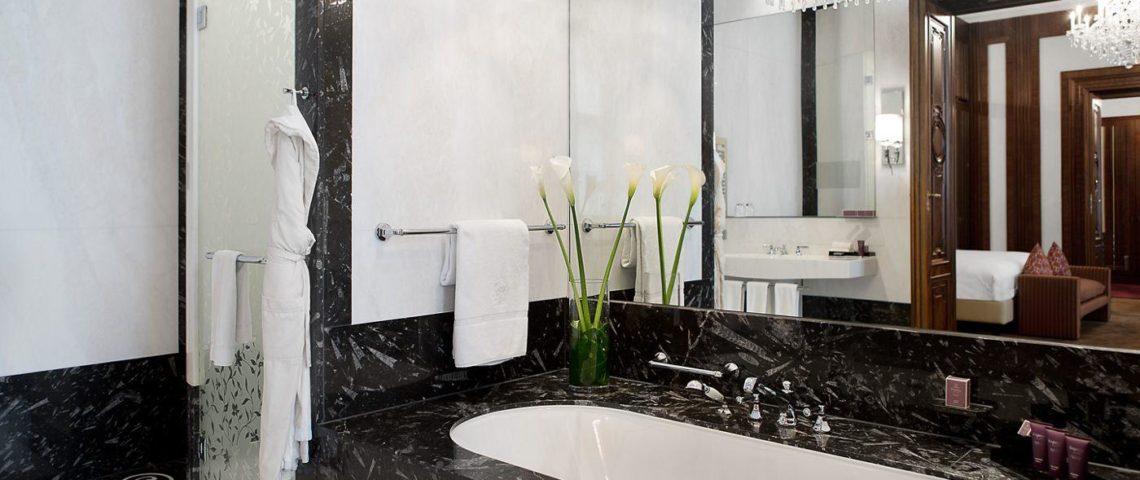 (image) salle de bain de l'hôtel Ritz Carlton de vienne équipée de robinetterie Horus