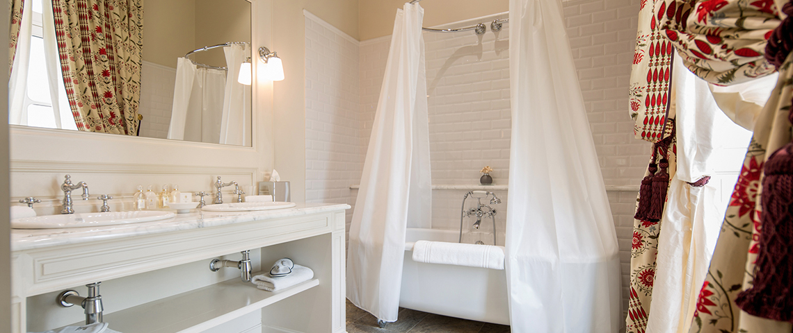 (image) salle de bain du grand hôtel de bordeaux avec baignoire et lavabo équipés de robinetterie horus