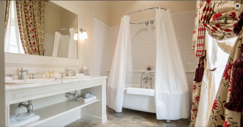 (image) Salle de bain du Grand Hôtel de Bordeaux avec baignoire et robinetterie Horus