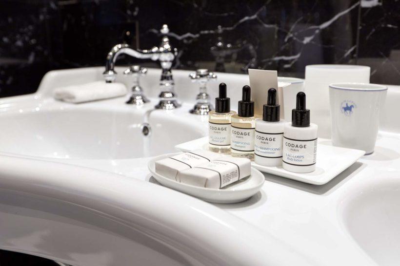 (image) lavabo double vasques du Pavillon de la Reine à paris équipé de robinetteries Horus