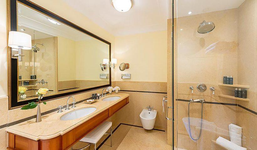 (image) salle de bain du Palace Merano avec lavabo équipé de robinetterie Horus