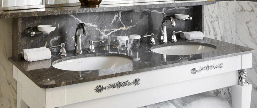 (image) deux mélangeurs Horus sur le meuble double vasques en marbre d'une salle de bain de l'hôtel Negresco