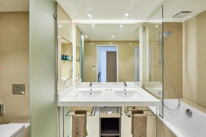 (image) Salle de bain du Miramar Boutique Hôtel de Corse équipée en robinetterie Horus