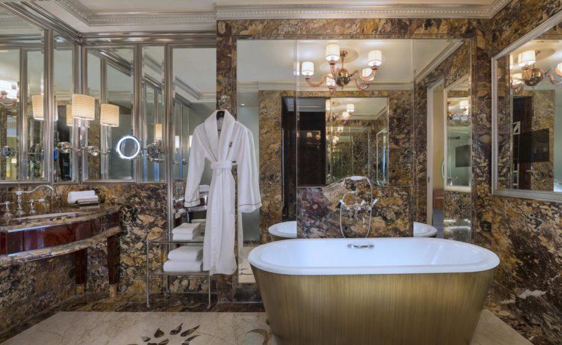 (image) salle de bain de l'hôtel Saint Régis à Singapour équipé de robinetteries Horus