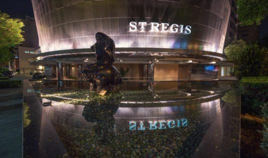 (image) Façade de l'hôtel Saint Régis à Singapour