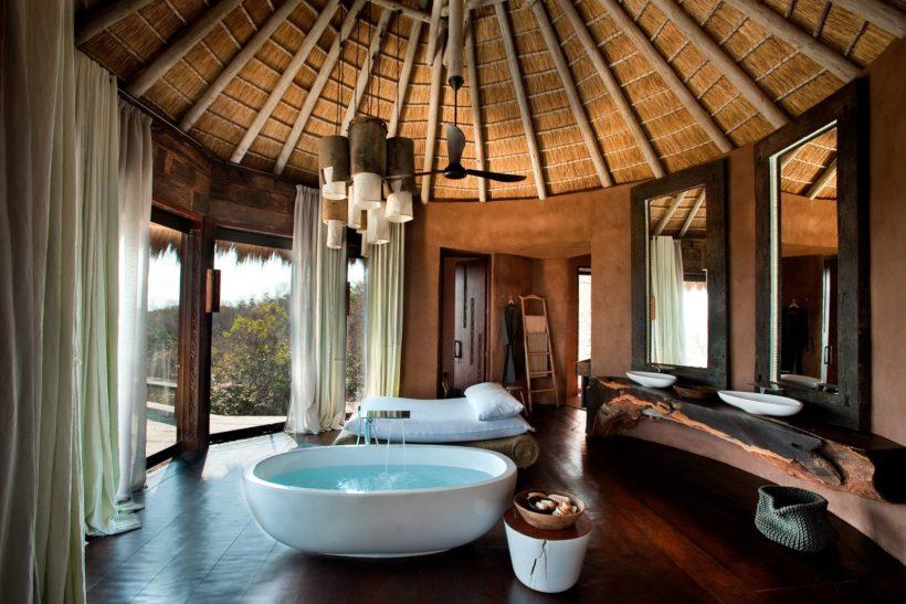 (image) salle de bain de l'hôtel Hilton Moorea avec baignoire en ilot et robinetterie Horus