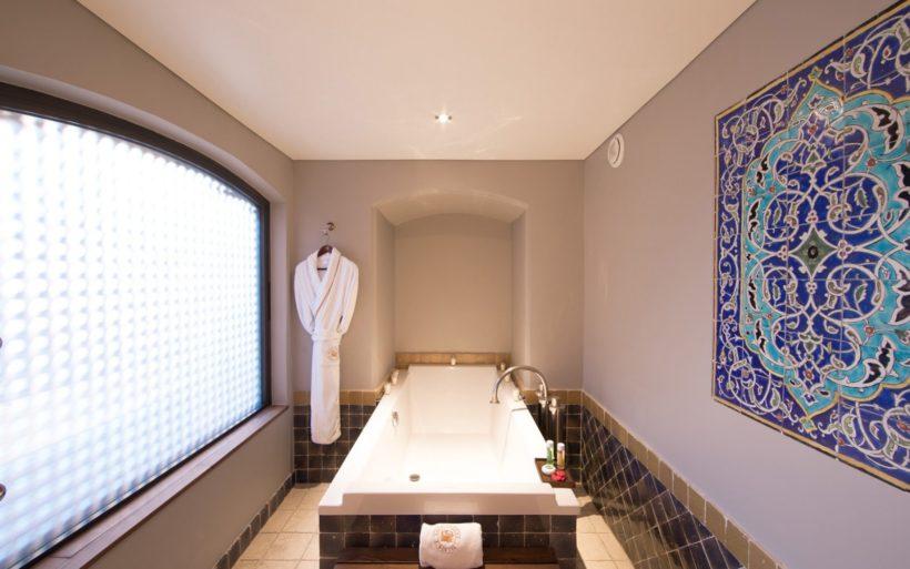 (image) une salle de bain de l'hôtel Byblos à Saint-Tropez équipé de robinetterie Horus