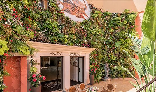 (image) Façade de l'hôtel Byblos à Saint-Tropez
