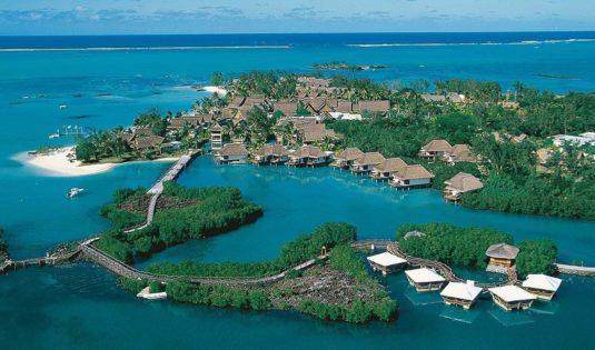 (image) Vue de l'hôtel Constance Lemuria aux Seychelles avec la mer