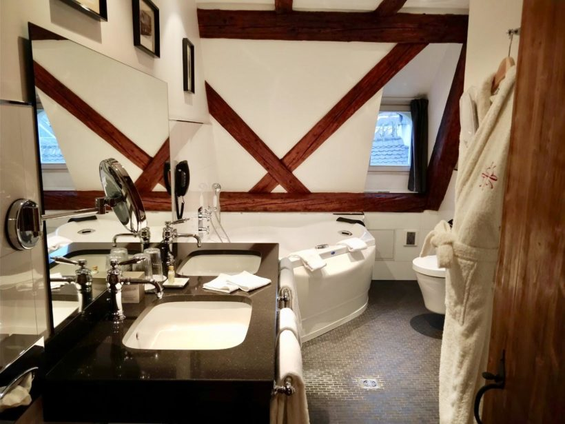 (image) salle de bain du Bouclier d'Or à Strasbourg équipée de robinetterie Horus