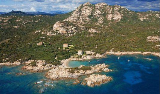 (image) Vue du Domaine de Murtoli en Corse avec la mer
