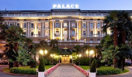 (image) Façade du Palace Merano en Italie