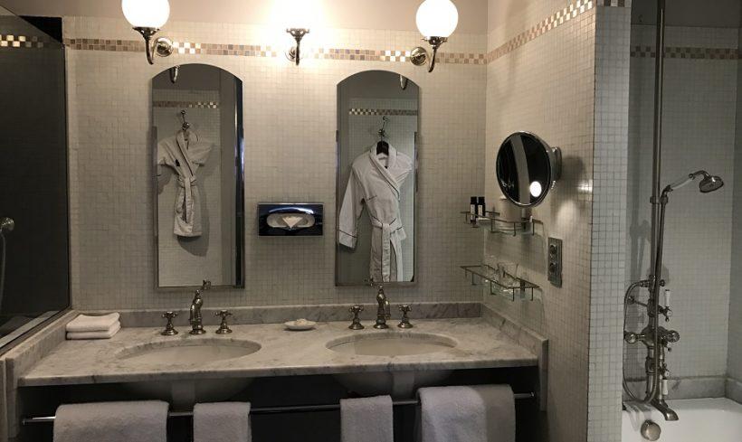 (image) salle de bain de l'hôtel Saint James à Paris avec double vasques équipées de robinetteries Horus