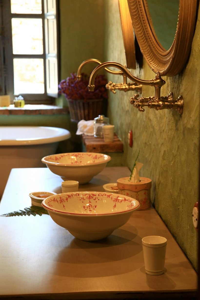 (image) lavabo du Domaine de Murtoli équipé de robinetteries Horus