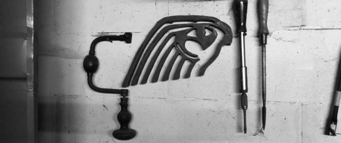 (image) photo en noir et blanc d'outils sur un établi avec l'ancien logo horus