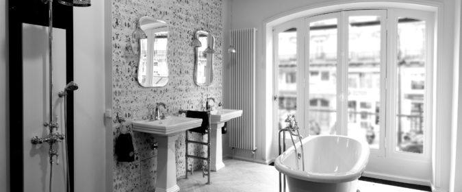 (photo) showroom Horus en noir et blanc avec vue sur la robinetterie rétro